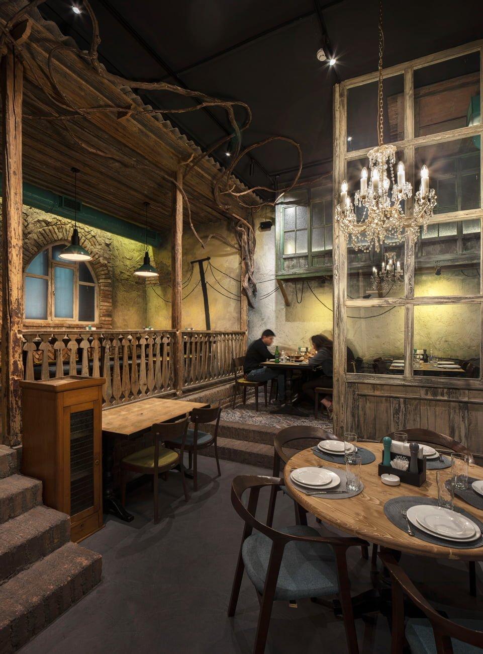 фото интерьера небольшого зала с старинной мебелью, ступенями с балясинами и росписью