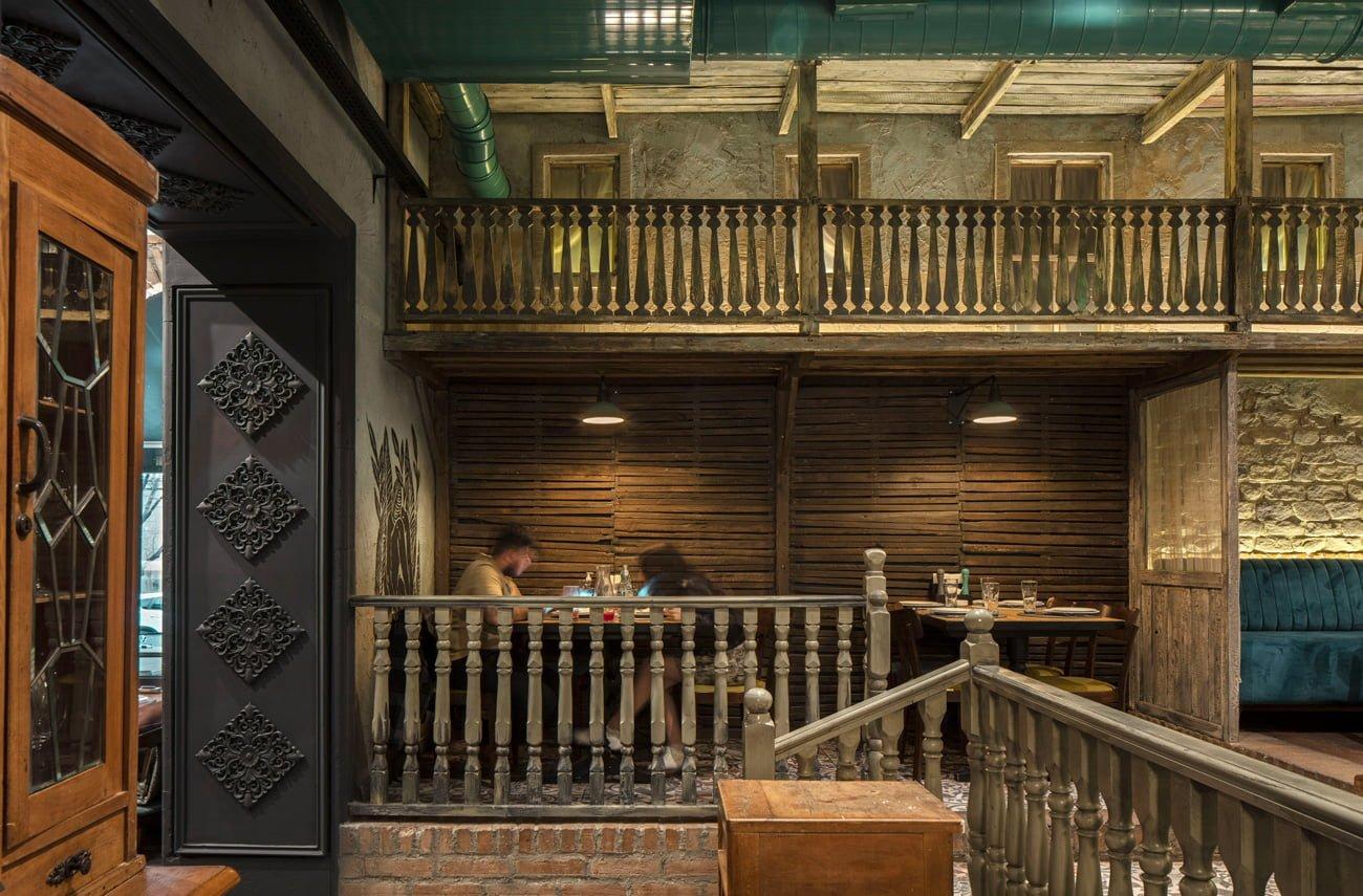 фото деревянных балконов, маленьких окон, рам, балясин, ступеней в интерьере Ктур