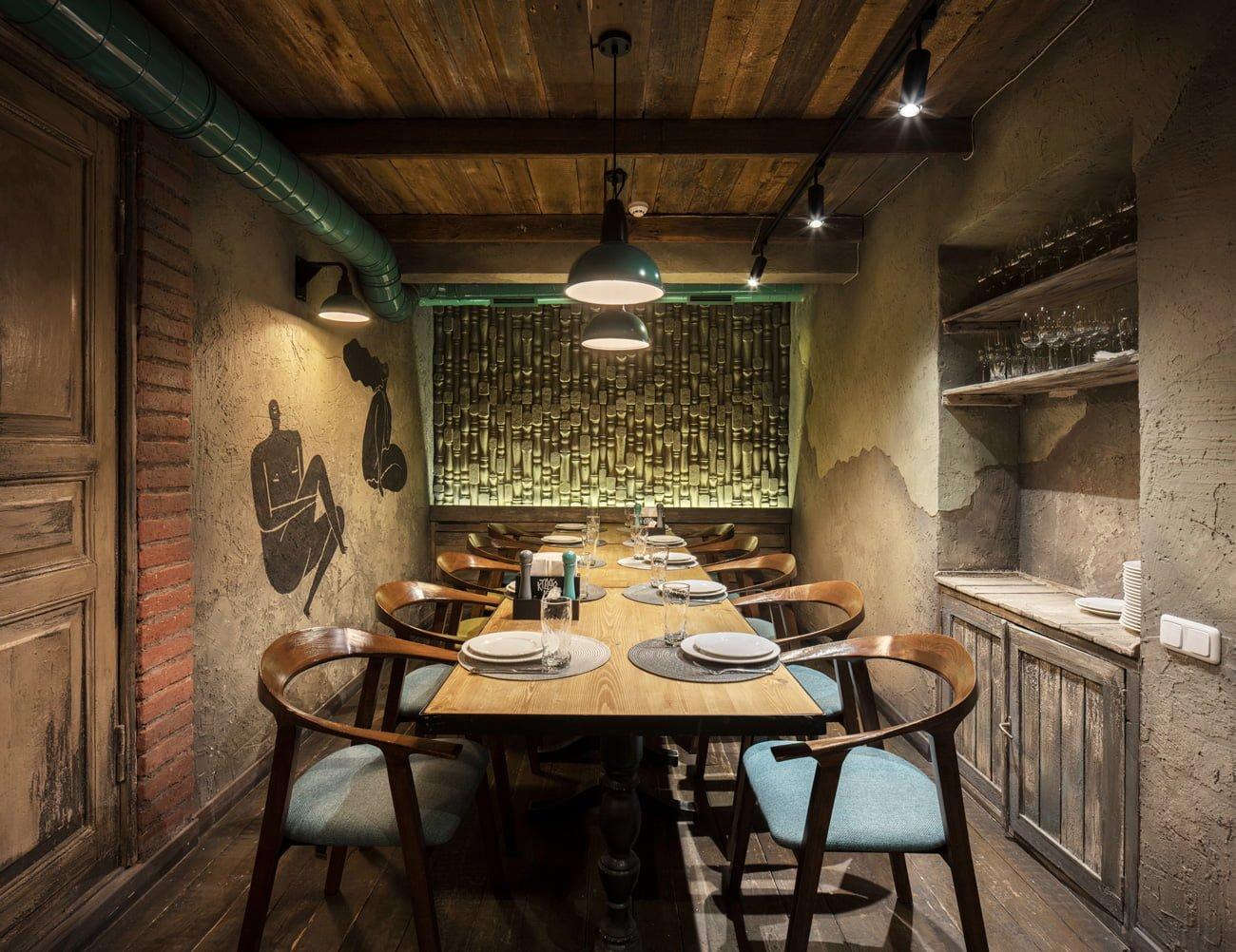 фото интерьера небольшого отдельного зала с столом для большой компании или семьи