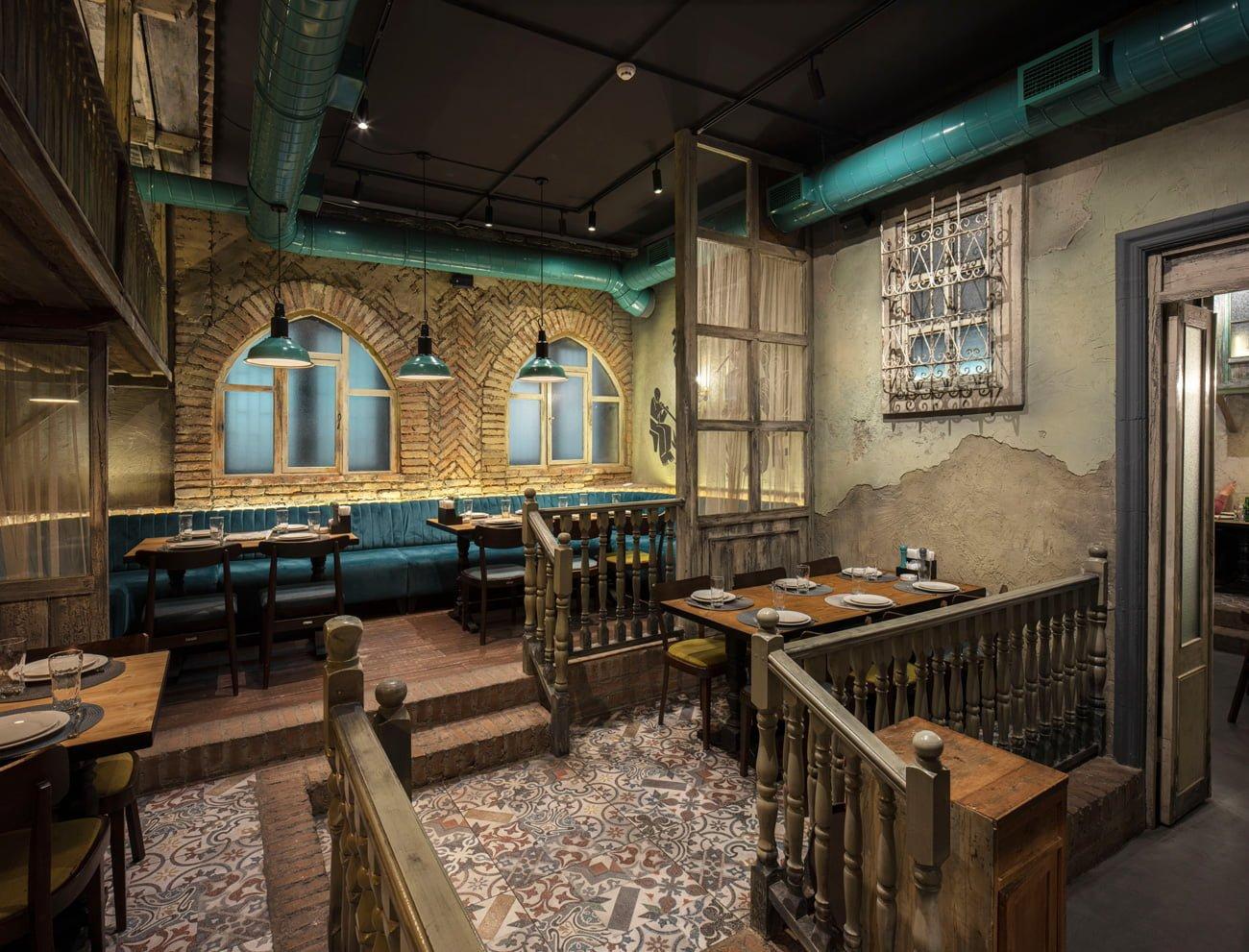 фото обстановки и планировки ресторана Ктур спроектирована на разных уровнях