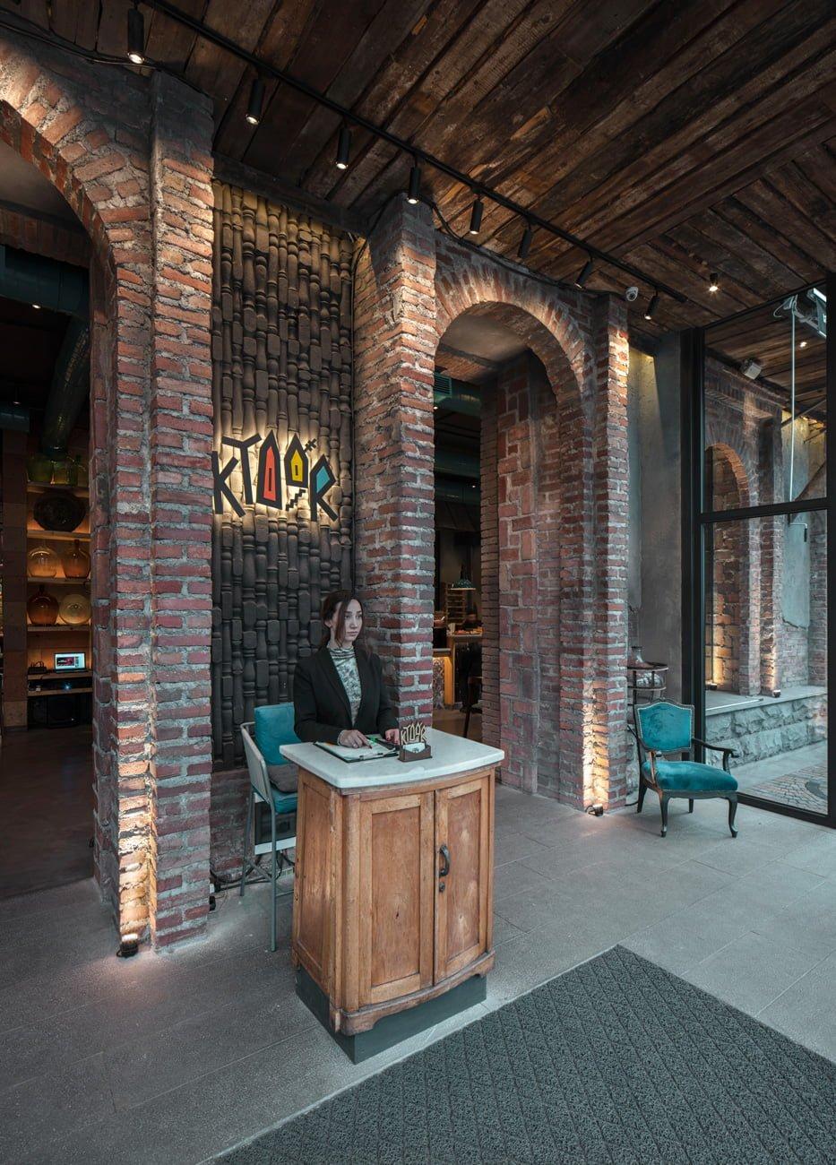 фотография входа в ресторан КТУР с гостеприимным хосписом и отделкой под старый дом