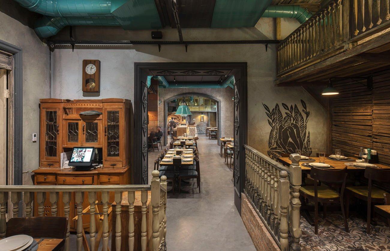 фото с импровизированной террасы на весь ресторан и видны разные уровни дизайна