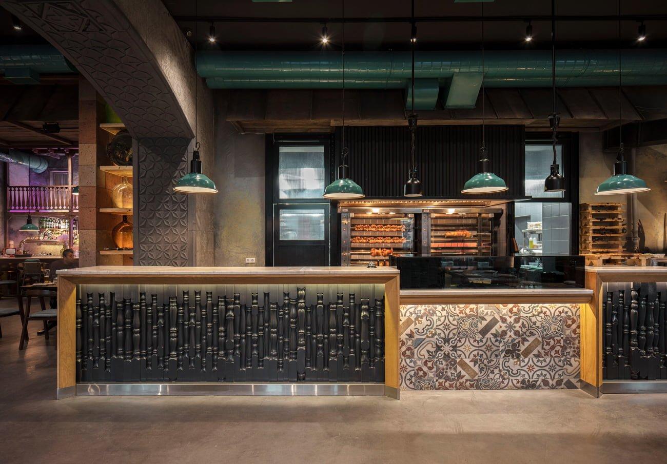 фото входа в ресторан Ктур с открытой кухней, большим грилем и раздаточной стойкой