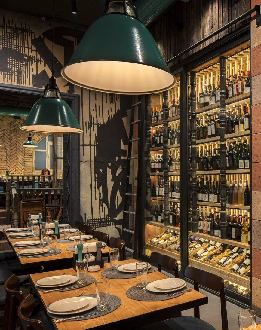 фото современной винной витрины с отборными армянскими винами в ресторане КТУР