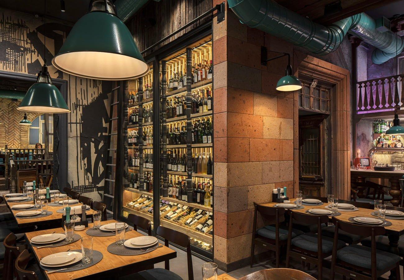 фото винной витрины и большого стола для семейного ужина или встречи с друзьями