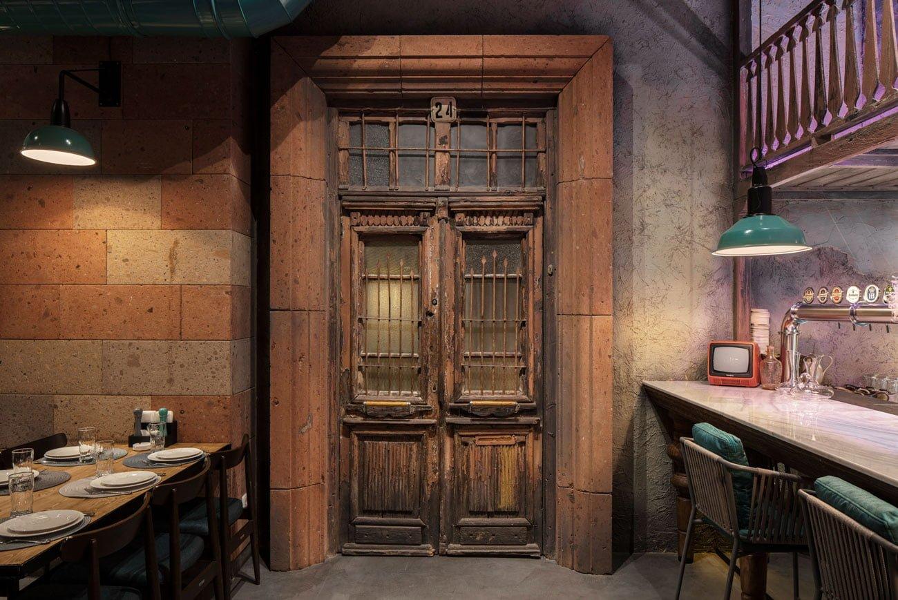 фото массивной старой деревянной двери за ней находится комната для уединения