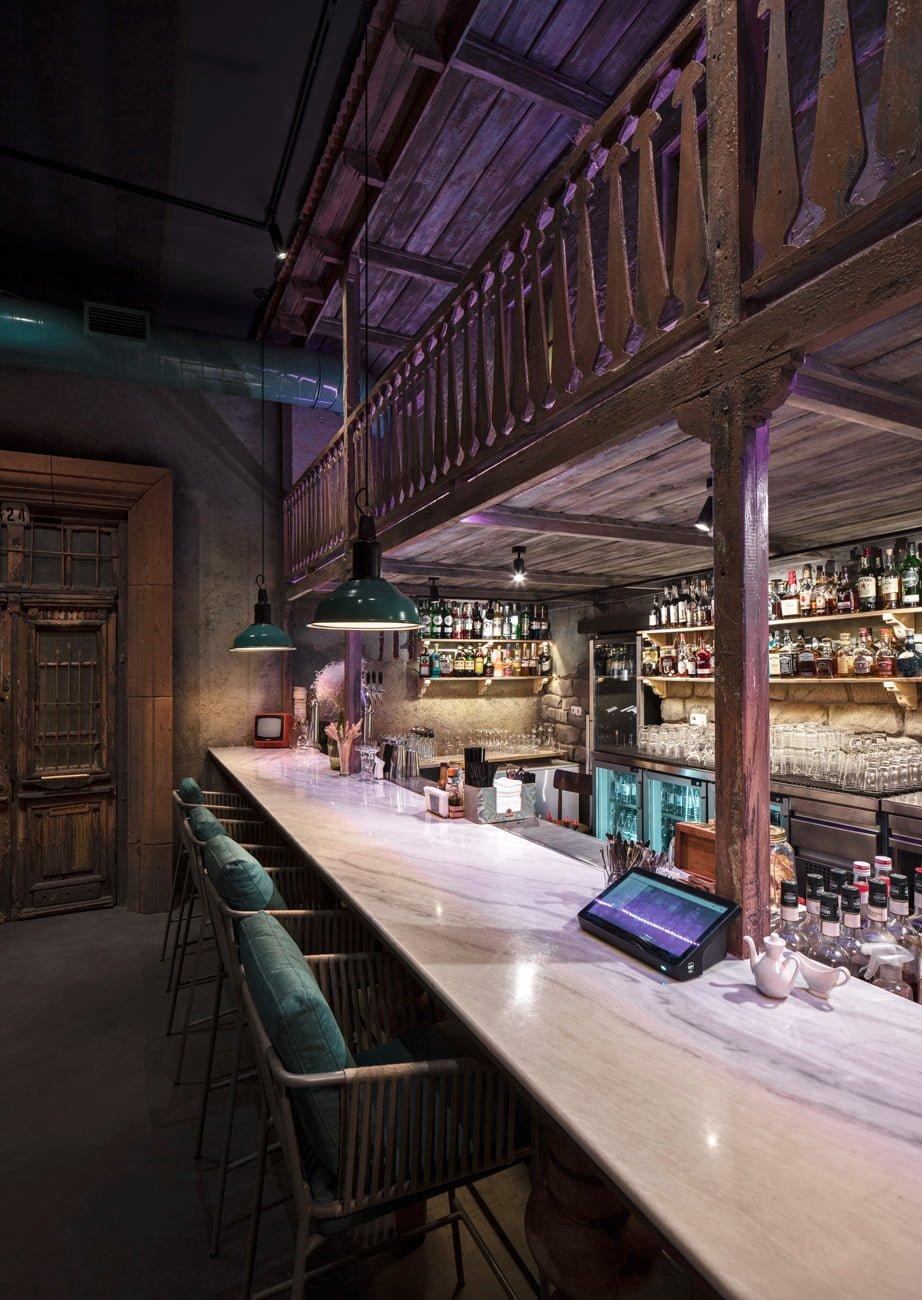 фото дизайна бара с барной стойкой в ресторане Ктур расположенного под балконом