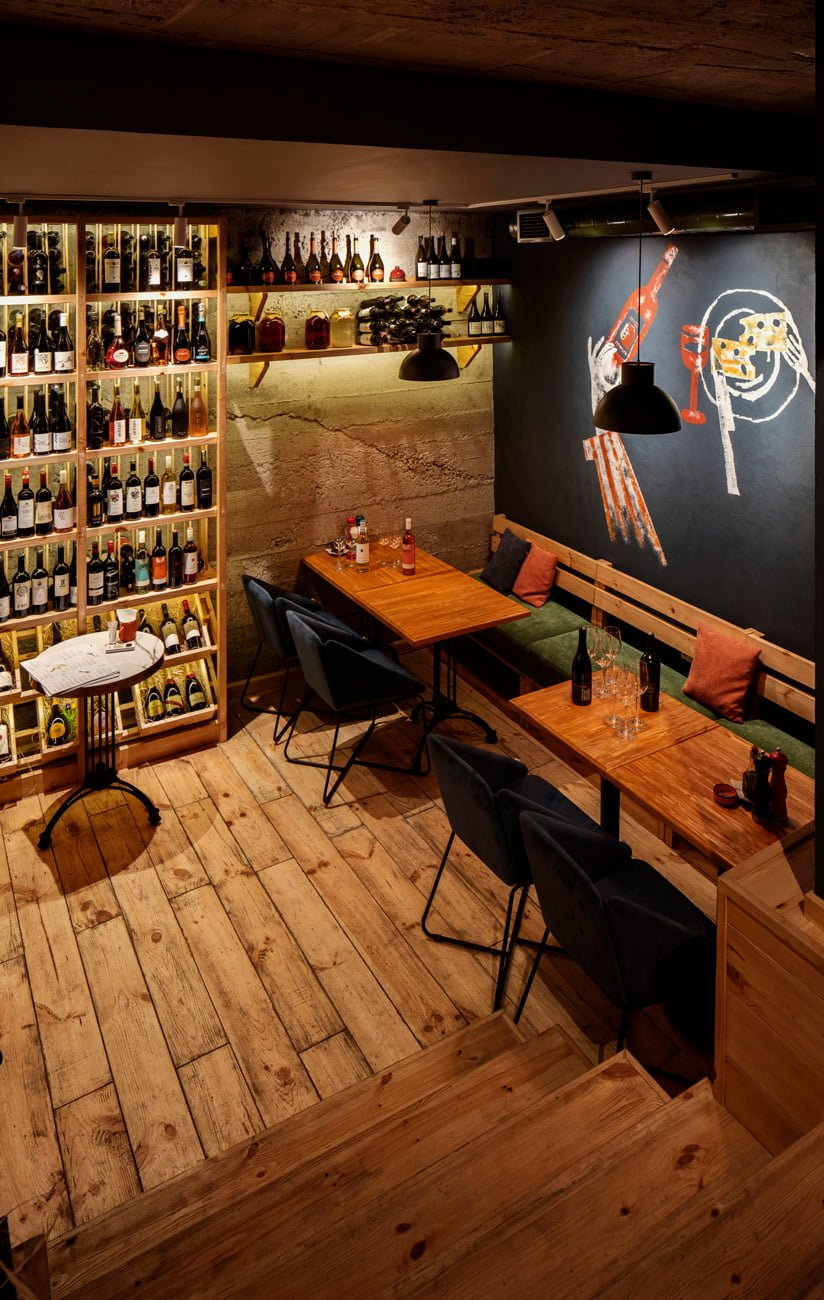 photo of a small tasting room with a wine cabinet in the POMODORO restaurant