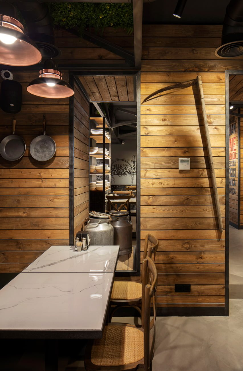 фото ресторана Grillian в этно стиль подчёркивают стены и посуда деревенского дома