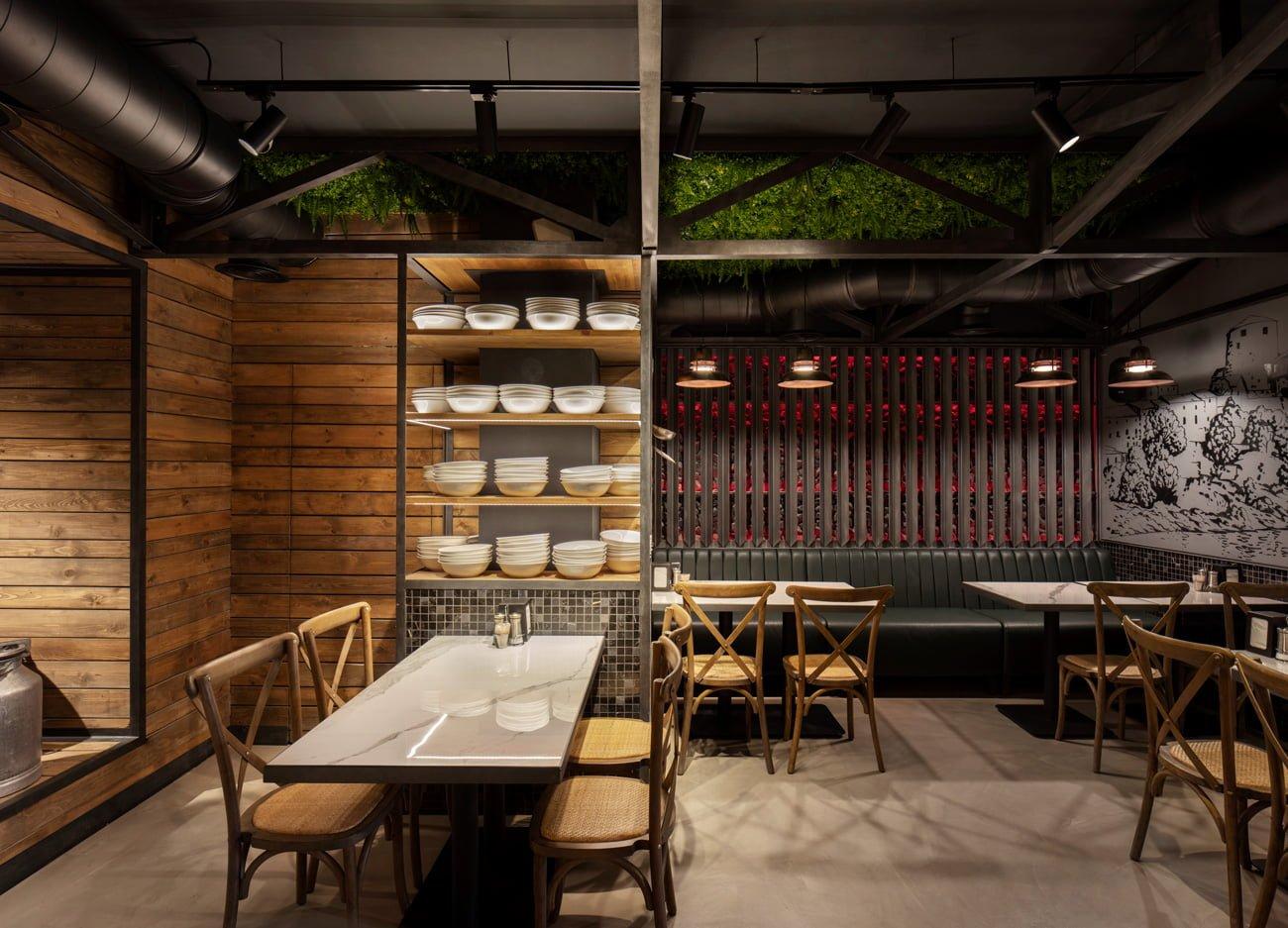 фото креативного решения зала ресторана Grillian проект в этно стиле с кухонной утварью