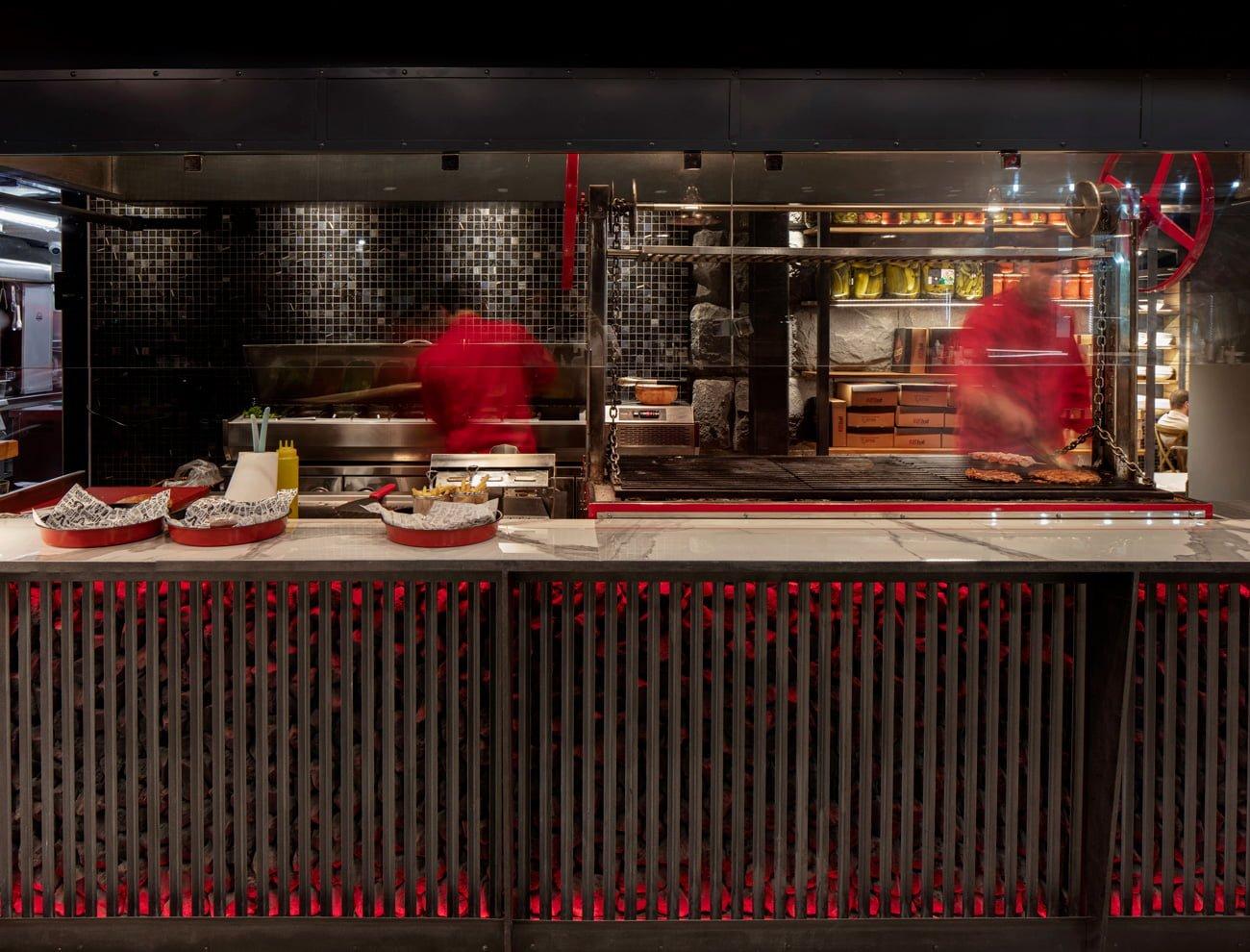фото интерьера зала с открытой кухней ресторана Grillian на Туманяна, в центре Еревана