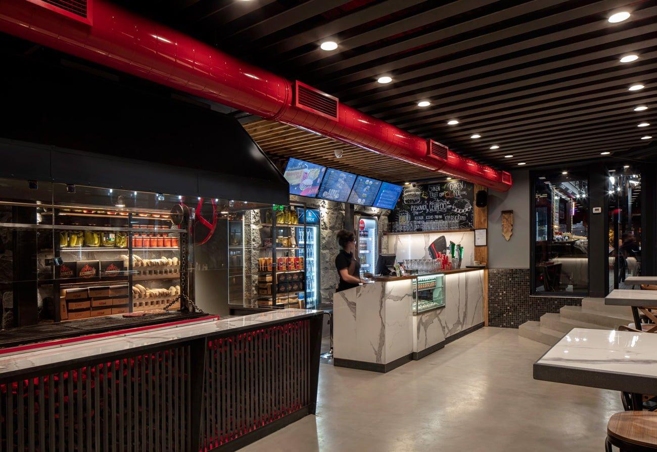 фото интерьера зала в деревенском кантри стиле в ресторане Grillian подчёркнут отделкой