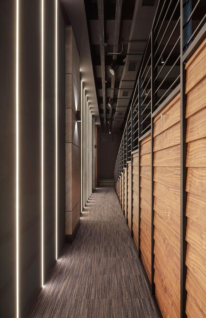 фото узкого прохода по обе стороны в аудиториум с подсветкой в стеновых панелях