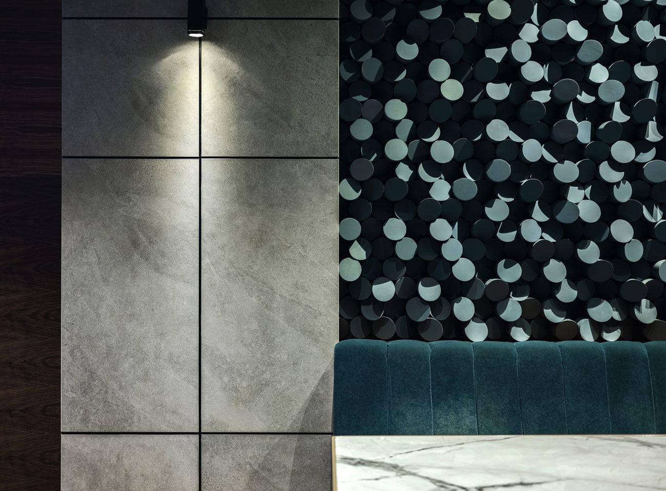 фото селфи стены декорированной живыми растениями с мягким диваном для отдыха
